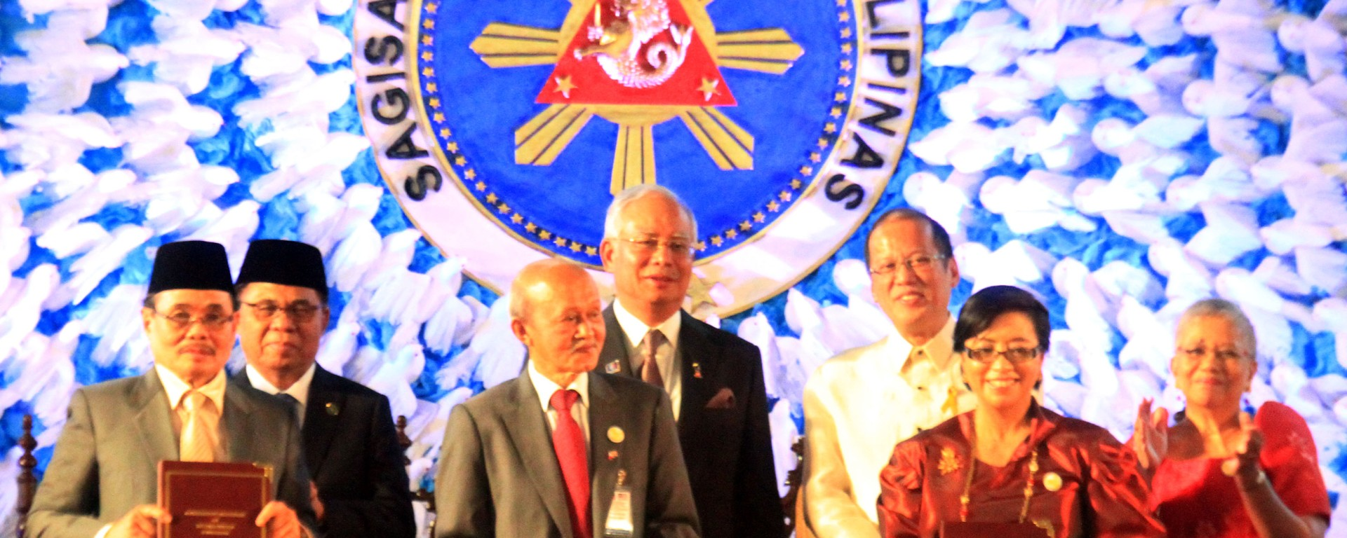 Mindanao Euphoric Over Gph Milf Peace Pact Signing The Durian Post