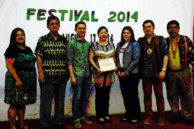 APPRECIATION: Members of the Kadayawan Foundation (L-R) LawyerJopee Agustin, City Administrator Melchor Quitain, Rus Alaba, Lynette Lopez, Lawyer Rollie Dumalag and Arnold Navales gave an appreciation plaque to SM Supermalls AVP for Operations-Mindanao Debby Go for her support to the holding of Kadayawan Festival. BERT TOMAS OFF STAGE: Actor, rapper Andrew E.(left) talks to his idol Mayor Rodrigo Duterte (right)and DCPO Chief Vicente Danao during a break at the Pasalamat concert of the mayor at Rizal Park. ROBINSON NINAL JR./THE MINDANAO DAILY MIRROR