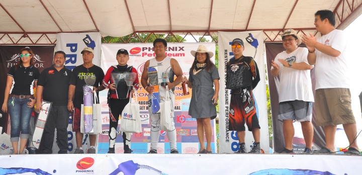 "WINNERS ROLL: 4-Stroke 300hp stock class champion Christopher ""Bong"" Go is flanked by second-placer Marchael Vient Buhisan of South Side Performance (at his left) and third placer Marcos Larrazabal of MPL Racing of Ormoc City (at his right) during the awarding rites at the close of the 1st JSAD Invitational Jet-ski Racing Competition held August 30 and 31, 2014 at Sunset Baech in Samal."