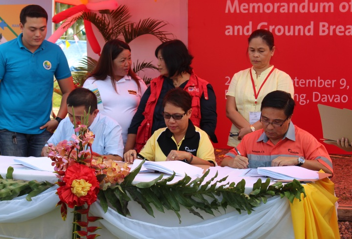 URBAN POOR HOUSING. Barangay Ilang head Arnolfo Ricardo Cabling, 2nd from left, leads signing ceremonies for the P72 million urban poor housing project in Barangay Ilang on a P54 million 3-hectare lot donated by Holcim Philippines.